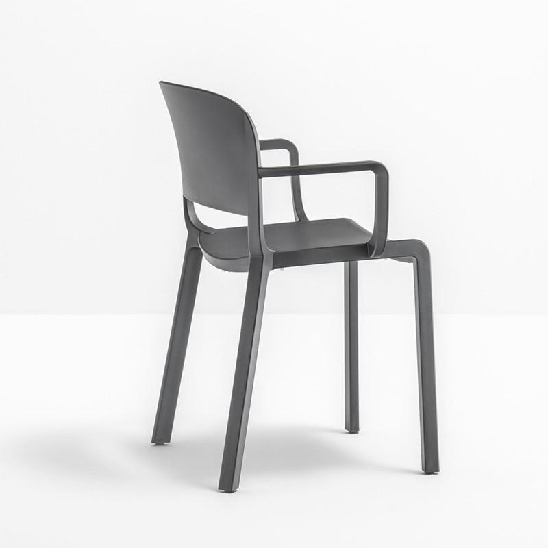 chaise bistrot design dome 265 avec accoudoirs pedrali gris anthracite cerise sur la deco. Black Bedroom Furniture Sets. Home Design Ideas