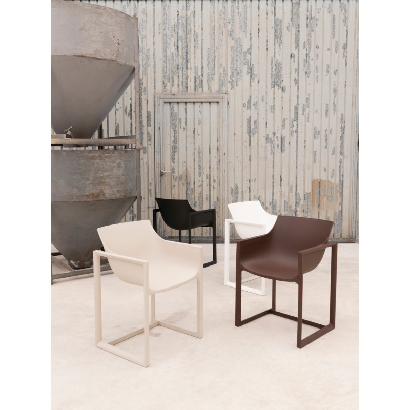 Lot de 2 chaises wall street vondom bronze cerise sur for Chaise pour bronzer