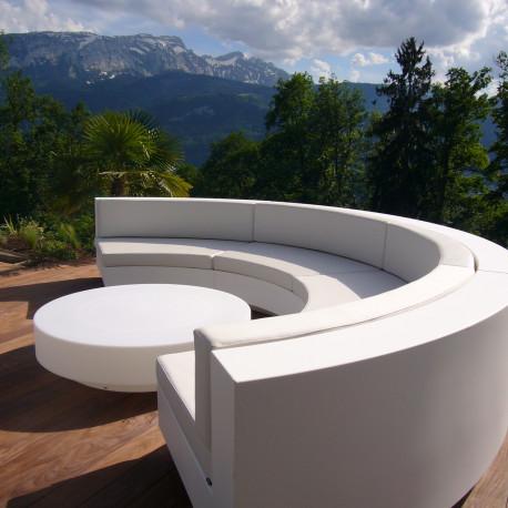 Canapé Demi-cercle Vela, Vondom blanc, tissu Silvertex blanc et table basse diamètre 120 cm