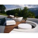 Ensemble Canapé Demi-cercle Vela, Vondom blanc, tissu Silvertex blanc et table basse diamètre 120 cm