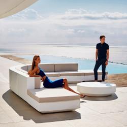 Ensemble Canapé d'angle Vela, Vondom blanc, tissu Silvertex blanc et table basse diamètre 120 cm