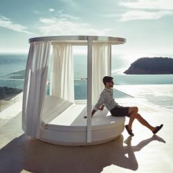 Pergola pour bain de soleil rond Vela avec rideaux blancs, Vondom, 218x202cm