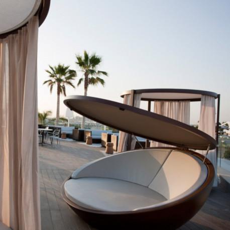 Bain de soleil coquille avec parasol Ulm Daybed bronze, Vondom, coussin Silvertex blanc, 210x200xH97cm