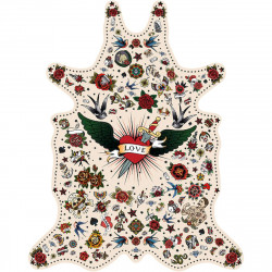 Tapis Tatouage Love fond blanc L, vinyle forme peau de bête, 126x159cm, collection Tattoo Compris, Pôdevache